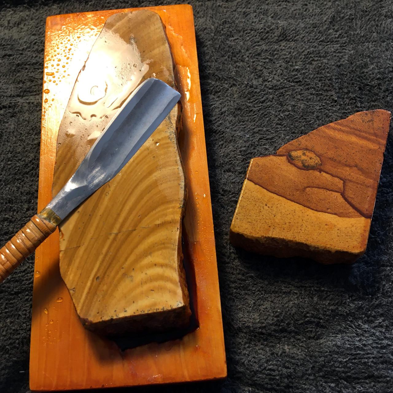 日本剃刀を天然砥砥石で研ぐ